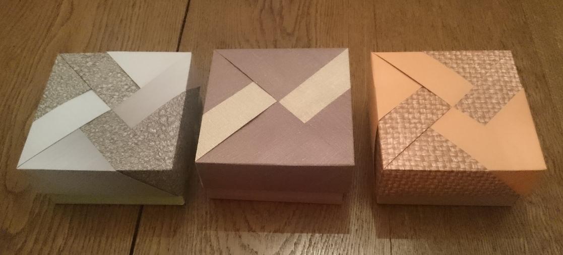 Boite modulaire - design Tomoko Fuse - 8 modules, 4 pour la boite, 4 pour le couvercle, seul l'assemblage change pour donner les trois modèles.  Modular box - design Tomoko Fuse - 8 units, 4 for the box, 4 for the lid